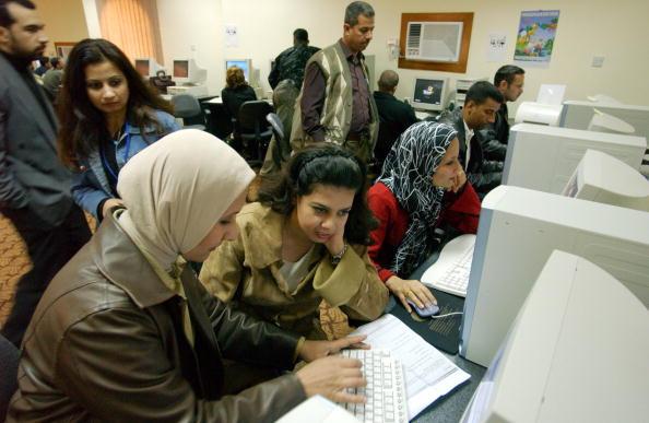 Marco Di Lauro「Unemployed Iraqis Seek Jobs In Baghdad」:写真・画像(7)[壁紙.com]