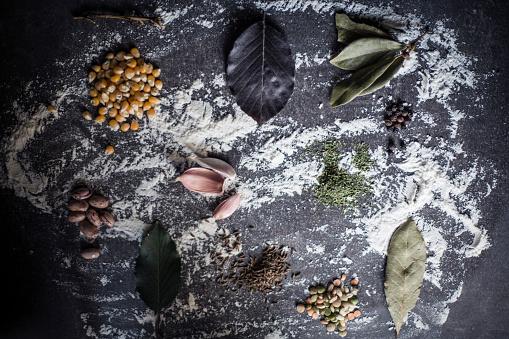 Bay Leaf「Mess on the kitchen table」:スマホ壁紙(3)