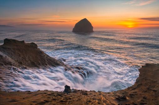 Haystack Rock「USA, Oregon, Tillamook County, Cape Kiwanda, Haystack Rock at sunset」:スマホ壁紙(13)