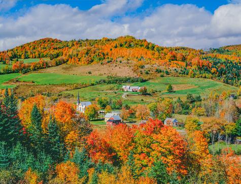 サトウカエデ「Peak autumn sugar maples with village in Vermont」:スマホ壁紙(19)