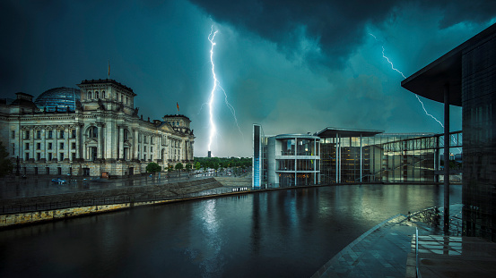 Thunderstorm「Lightning near the Reichstag」:スマホ壁紙(11)