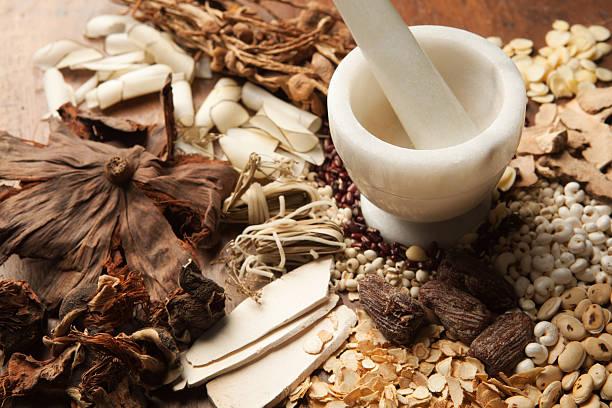 Chinese Herbal Medicine with Mortor and Pestle on Wood Hz:スマホ壁紙(壁紙.com)