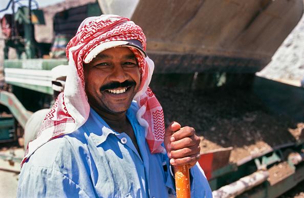Headdress「Subbase laying with CMI machine - worker  Jeddah to Medina highway, Saudi Arabia」:写真・画像(14)[壁紙.com]