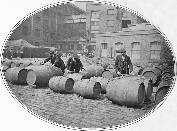 Pier「Gauging wine casks at London Docks, c1900 (1901)」:写真・画像(11)[壁紙.com]