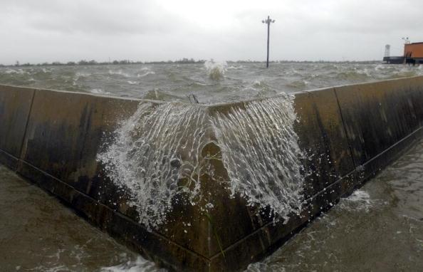 Levee「Hurricane Gustav Hits U.S. Gulf Coast」:写真・画像(2)[壁紙.com]