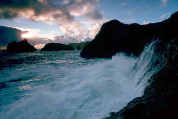 Waves at Kinance Cove, Cornwall, UK:ニュース(壁紙.com)