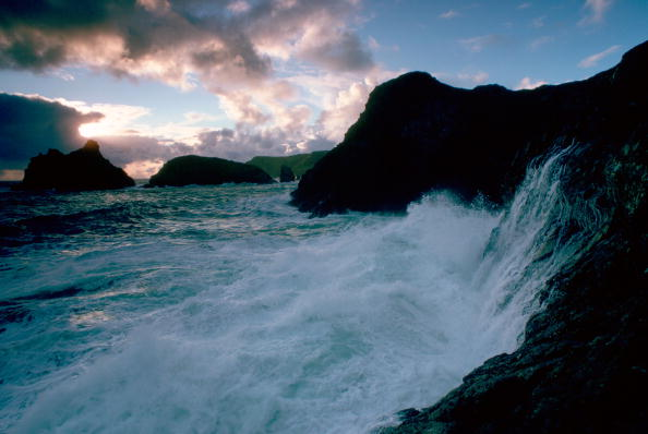 Spray「Waves at Kinance Cove, Cornwall, UK」:写真・画像(18)[壁紙.com]