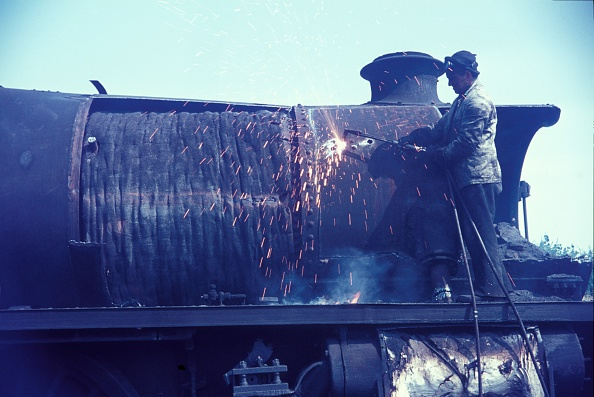 Cutting「Cutting up Stanier Black 5 Class 4-6-0s in 1968 at Cohen's scrapyard located near Kettering on the former ironstone branch to Loddington.」:写真・画像(19)[壁紙.com]