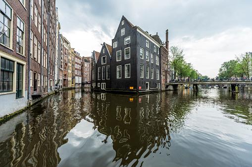 Amsterdam「Reflection of buildings in urban canal」:スマホ壁紙(5)