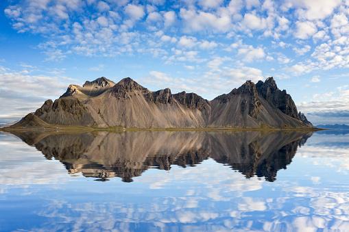 Volcanic Landscape「Reflection at Stokksnes headland - Vestrahorn in Iceland」:スマホ壁紙(1)
