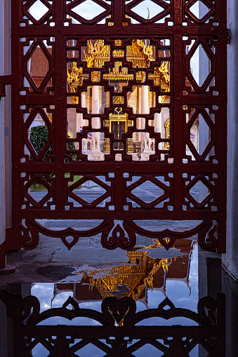 PGA Event「Reflection in a puddle and the gate of the front of Thai Buddhist temple of Wat Benchamabophit in the evening.」:スマホ壁紙(5)