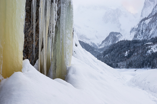 Dachstein Mountains「Icicle hanging down from rock face, Dachstein mountain in background, Austria」:スマホ壁紙(12)
