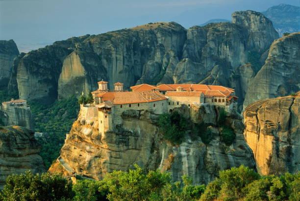 Greece, Thessalay, Meteora, Varlaam Monastery, elevated view:スマホ壁紙(壁紙.com)