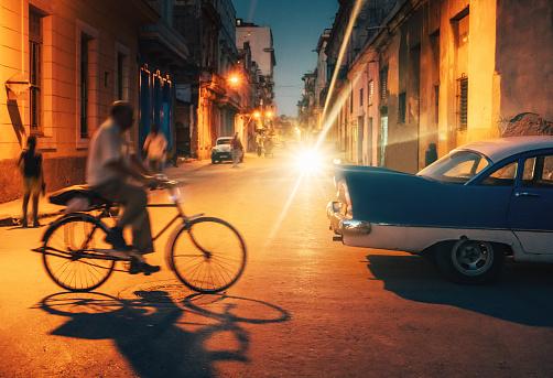 Car「自転車や夜、ハバナ、キューバの通りに古いアメリカ車」:スマホ壁紙(12)
