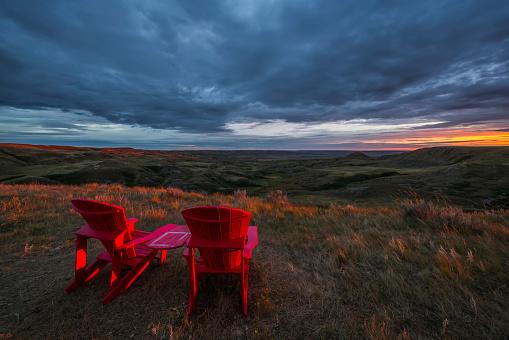 cloud「Red chairs overlooking Grasslands National Park」:スマホ壁紙(9)