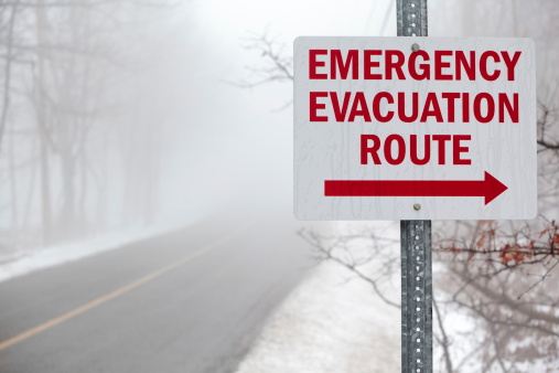 "Pennsylvania「""Emergency evacuation route"" sign on the mist road」:スマホ壁紙(6)"