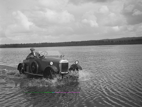 Country Road「HG Pope driving a GWK through water at a demonstration event, Frensham Common Pond, Surrey, 1922」:写真・画像(19)[壁紙.com]