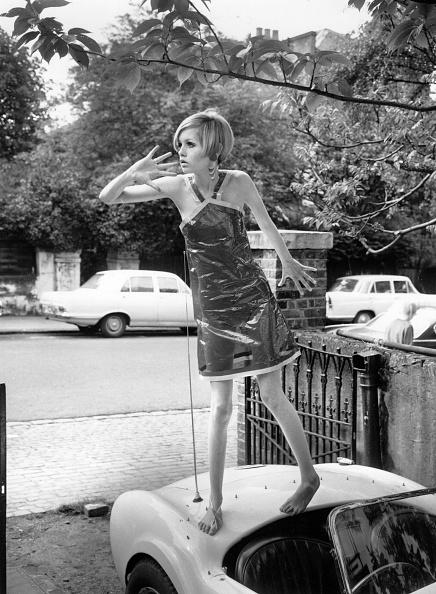 Transparent「Plastic Dress」:写真・画像(1)[壁紙.com]