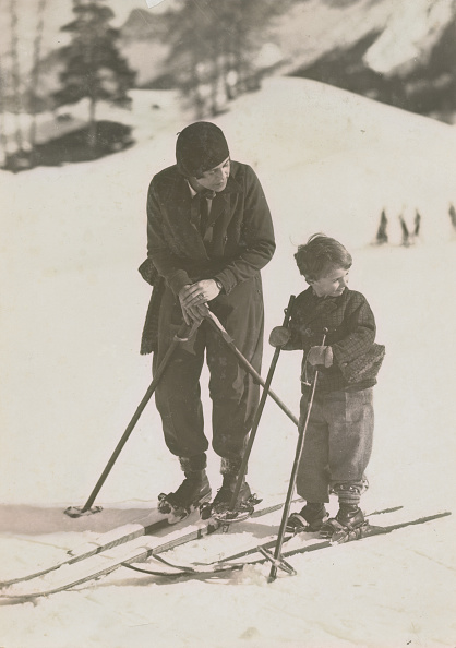 Winter Sport「Mother And Son Skiing」:写真・画像(2)[壁紙.com]