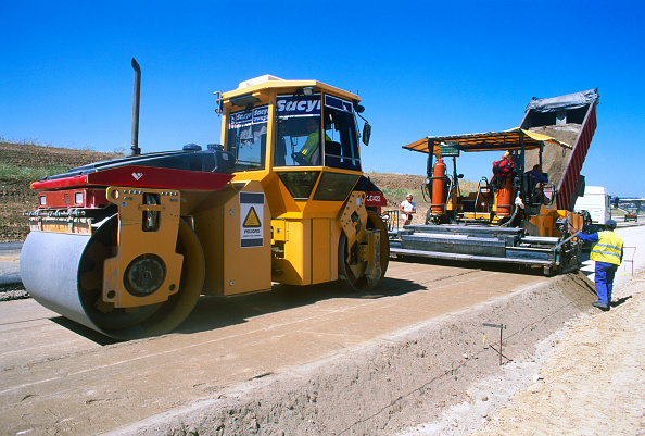 Paving Stone「The base course or underlayer is placed by a paving machine and compacted for a new radial motorway link for Madrid in Spain」:写真・画像(4)[壁紙.com]