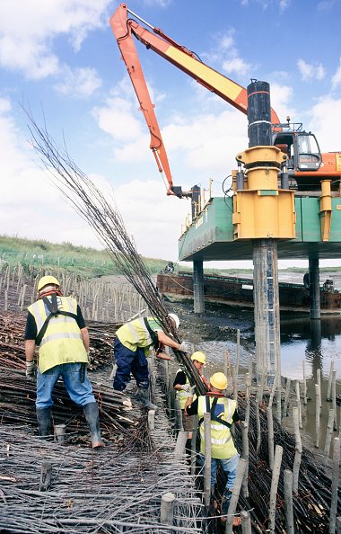 Bundle「Lifting in and laying the brushwood faggot bundles between driven timber stakes on the Dartford creek for erosion protection on two bends, Dartford faggots」:写真・画像(11)[壁紙.com]