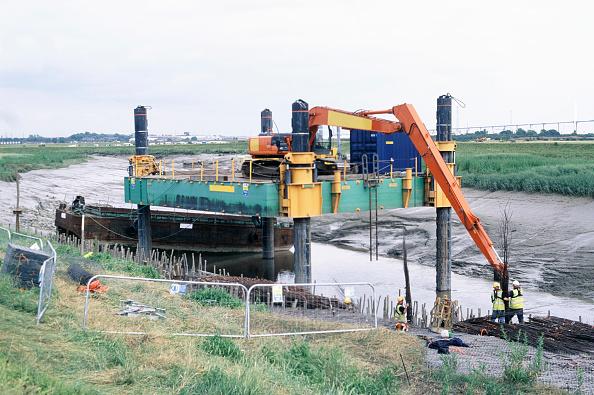 Riverbank「Lifting in faggots using the long reach Hitachi excavator on the jack-up barge, Dartford Creek erosion control」:写真・画像(19)[壁紙.com]