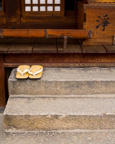 寺「Wooden slippers at temple doorway」:スマホ壁紙(13)