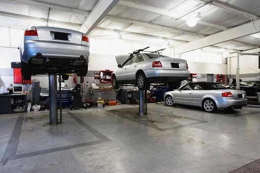 かえる「Cars on hydraulic lifts at auto repair shop」:スマホ壁紙(9)