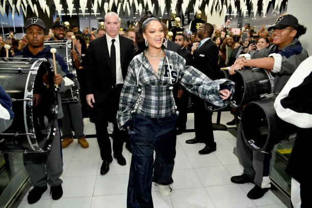Event「Rihanna Hosts Pep Rally To Celebrate Launch Of The AW17 FENTY PUMA By Rihanna Collection At Bloomingdales On 59th Street」:写真・画像(11)[壁紙.com]
