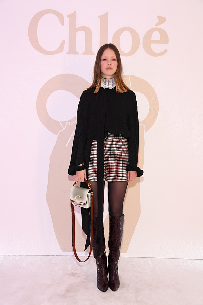 Beige Shorts「Chloe : Front Row - Paris Fashion Week Womenswear Fall/Winter 2019/2020」:写真・画像(13)[壁紙.com]