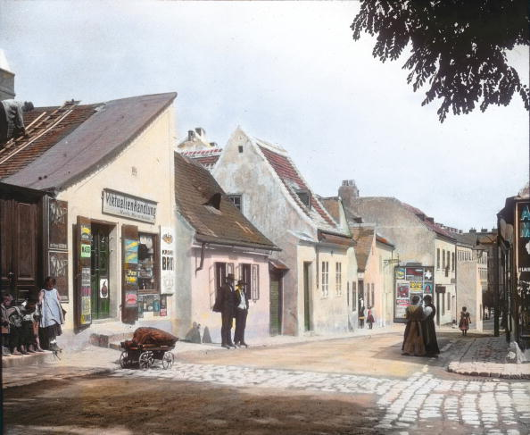 Middle Class「The Hainburger Strasse (street) in Erdberg. Vienna, 3rd district. Hand-colored lantern slide. Around 1913.」:写真・画像(9)[壁紙.com]