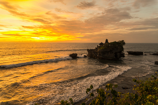 タナロット「Tanah Lot temple with a golden sunset」:スマホ壁紙(3)