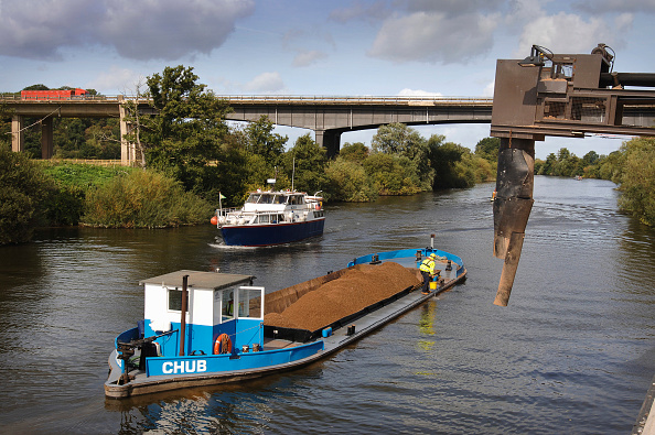 Water's Edge「A barge loaded with aggregates leaving the Ripple Quarry Dock on the River Severn Gloucestershire UK」:写真・画像(1)[壁紙.com]