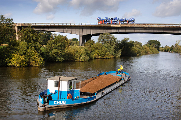 Water's Edge「A barge loaded with aggregates leaving the Ripple Quarry Dock on the River Severn at the M50 bridge Gloucestershire UK」:写真・画像(3)[壁紙.com]