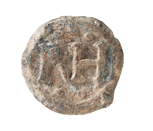 16th Century「English leadin token from the late 16th century, showing 'RH' with three pellets above and two below; from the 1988–90 excavations at the Rose playhouse, 2–10 Southwark Bridge Road, London」:写真・画像(4)[壁紙.com]