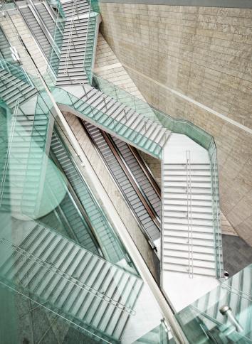 胸を打つ「モダンな建築デザインが反映されたストレートの階段に続くエスカレーター」:スマホ壁紙(17)