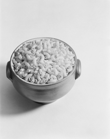 1967「Bowl of pasta on white background, close-up」:スマホ壁紙(13)