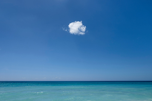寂しさ「Cloud in blue sky over ocean」:スマホ壁紙(4)