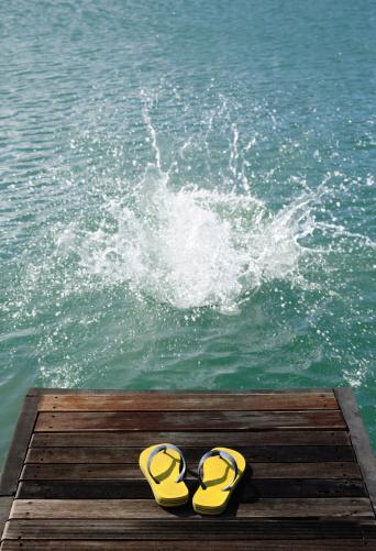 Flip-Flop「Splash in water with slip slops on jetty.」:スマホ壁紙(0)