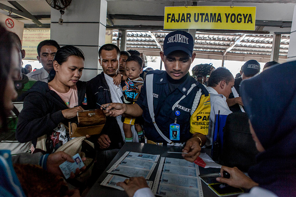 Passenger「Indonesian Muslims Prepare To Return Home For Eid Al-Fitr Celebrations」:写真・画像(14)[壁紙.com]