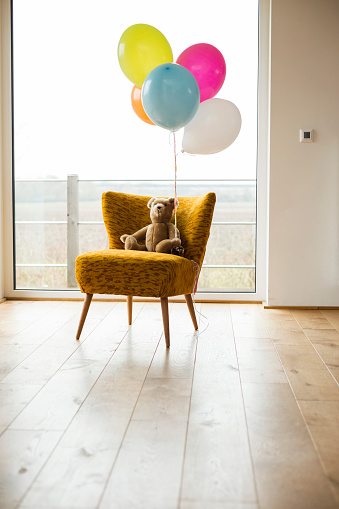 子供時代「Bunch of balloons, teddy bear and chair by the window」:スマホ壁紙(3)