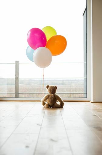 Mannheim「Bunch of balloons and teddy bear by the window」:スマホ壁紙(19)