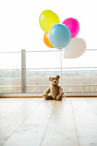 Surface Level「Bunch of balloons and teddy bear by the window」:スマホ壁紙(18)