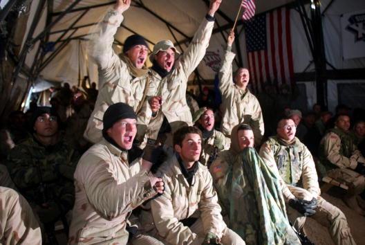 New England Patriots「U.S. Soldiers Watch Super Bowl XXXVI」:写真・画像(16)[壁紙.com]