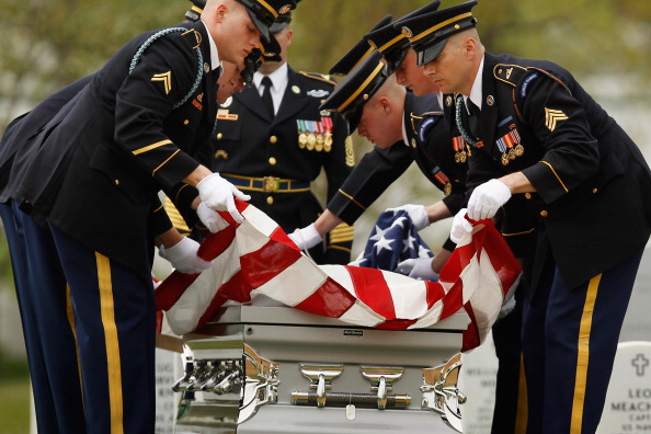 Chip Somodevilla「Army Corporal Killed In Afghanistan Buried At Arlington National Cemetery」:写真・画像(3)[壁紙.com]