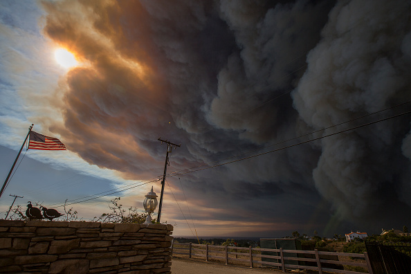 David McNew「Fast-Spreading Hill and Woolsey Fires Force Evacuations In California's Ventura County」:写真・画像(19)[壁紙.com]