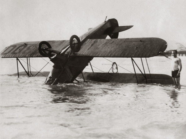 Bay of Water「Crahed american aeroplane in the bay of Santa Monica. February 22th 1929. Photograph. (Photo by Imagno/Getty Images) Kopfüber in der Bucht von Santa Monica abgestürztes amerikanisches Flugzeug. 22. Februar 1929. Photographie (press print). 16,5 : 21,7 cm」:写真・画像(9)[壁紙.com]