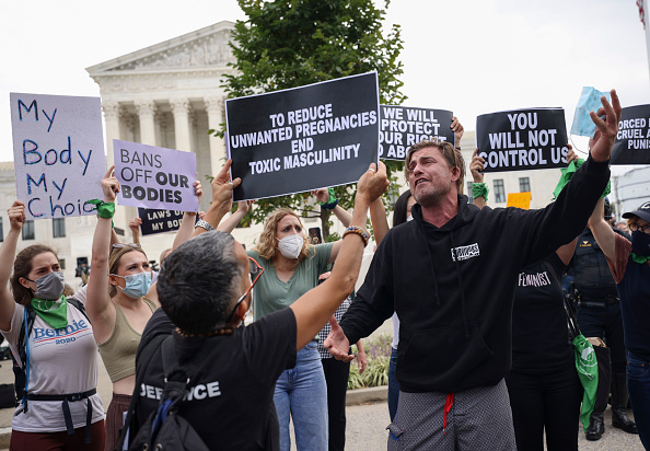 Topix「Pro-Choice And Anti-Abortion Protestors Rally At U.S. Supreme Court」:写真・画像(19)[壁紙.com]