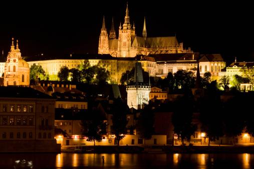 St Vitus's Cathedral「Buildings lit up at night, Mala Strana, Prague Castle, Vltava River, Prague, Czech Republic」:スマホ壁紙(4)
