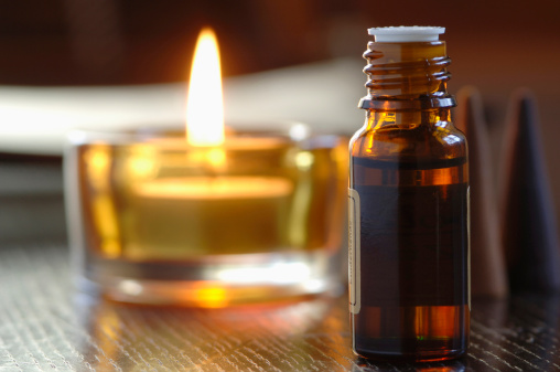 Feng Shui「Bottle of scented oil, beside a tealight, close-up」:スマホ壁紙(19)